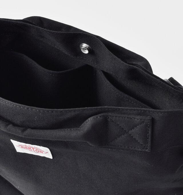 内側にはサイドに仕切られた内ポケットを設置。迷子になりがちな小物もきちんと収納できます。