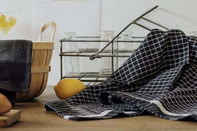 98×50cmと大きめサイズなので、お皿もグラス類も、ファミリー分の食器なら1枚でおまかせ。食器を拭く以外にも、食器洗いの際水切りに敷いたり、収納かごにかけておいたり、広い用途で活躍します。