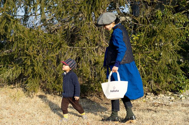 近所の買い物や散歩のお供にもぴったりの大きさ。身の回りのものをさっと持ち運べます。