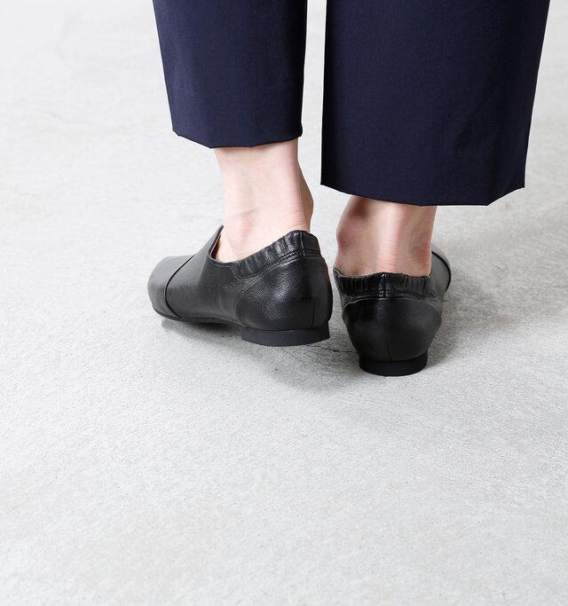 約1.5cmのローヒールのため、長時間の歩行でも疲れにくく、足にも優しいデザイン。厚みのない、ほぼフラットなヒールは、ぐにゃりと曲がり足の動きに沿います。
