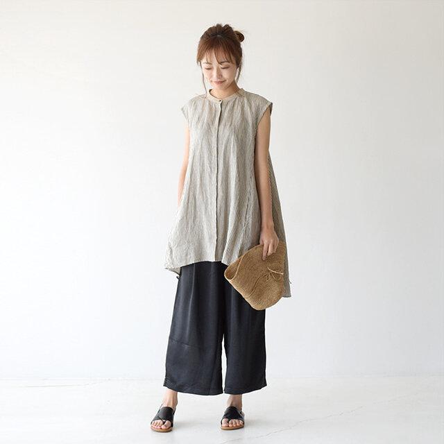 裾にかけて広がるシルエットがキレイなmizuiro ind<ミズイロインド>のリネンブラウスにkelem<ケレン>のサテンパンツを合わせたナチュラルな着こなし。 風合い豊かなリネンと光沢感が上品なサテンパンツの相性が良く、ふんわりしたスタイリングもワンランク上の印象に仕上がりますよ♪