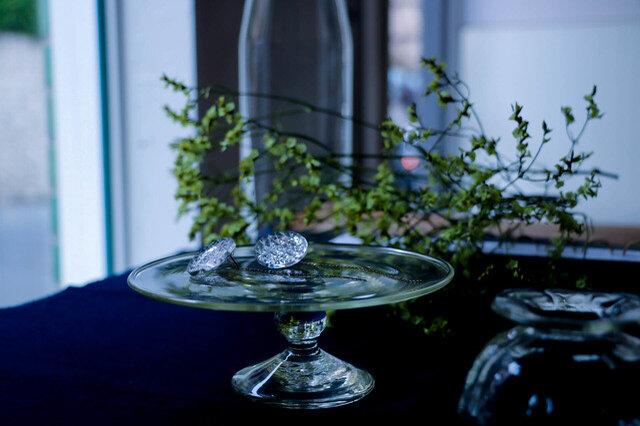 日本の伝統工芸を活かしたモノづくりを続ける「KARAFURU(カラフル)」。そんなKARAFURUから今回ご紹介するのは、江戸切子職人の精緻な技と光の屈折率・透過に非常に優れた高品位のクリスタルガラスを用いた「KIRIKO丸い水面ピアス」。 大きなクリスタルガラスの生地からピアスサイズのモチーフをひとつひとつ丁寧に削り出し、繊細な伝統柄を彫刻した逸品です。