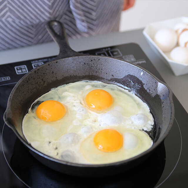 重量のある鋳鉄は、この重さこそが料理の質を高めてくれる秘訣です。 厚さ5mmの作りは、バツグンの熱制御性を持ち、素材の旨みを引き出します。 食材を入れても温度が下がりにくく、ムラも少ないので、お料理初心者さんでも高温で美味しさを閉じ込めたり、弱火でじっくりの調理が簡単にできます。 そして、IH調理器にも対応しているのも便利なところ。