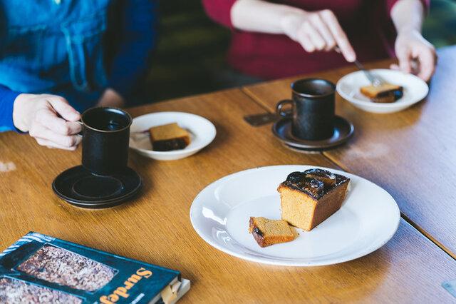 日常の暮らしに取り入れたいルスカシリーズは、それぞれ色味が異なる1点もののヴィンテージ食器です。 初めてヴィンテージ食器にチャレンジしたい方にもおすすめですよ。  ルスカのコーヒーカップで毎日のおやつタイムを過ごしてみてはいかがでしょうか。 写真は(大)サイズになります。