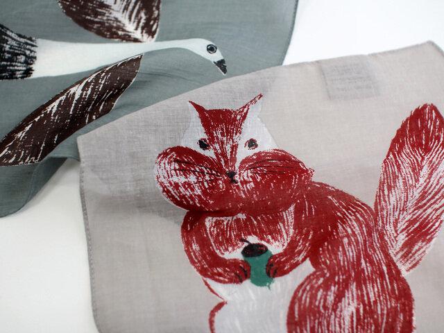 ミニハンカチはイラストがどーんとプリントされています。動物とふと目が合う瞬間にほっと癒されます。
