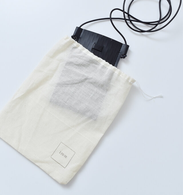 収納用のコットン巾着にはロゴプリントをデザイン。 使わないときでも大切に保管できて便利です。