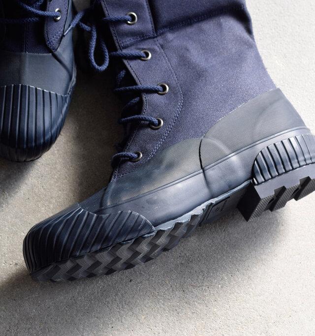 底部は全面ラバーで覆われているため、雪や雨降りで濡れたや泥道でも気兼ねなく履くことができます。 新型ソールはヒールが付いているのが最大の特徴で、計算された溝が滑りにくくになっています。-20℃まで使用可能というタフさも魅力。