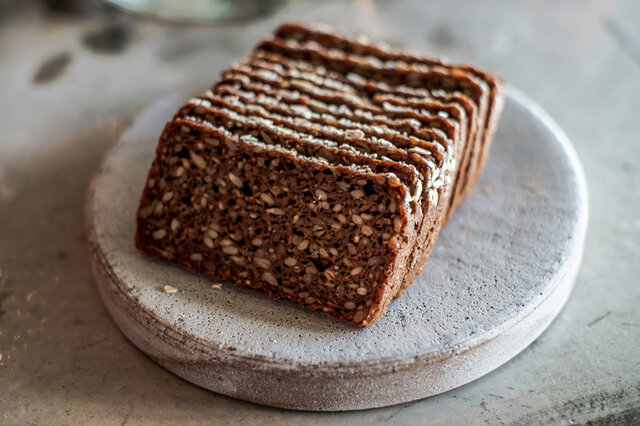 デンマークの食卓には欠かせない、黒色のライ麦パン「ルブロ(Rugbrød)」。家庭の朝食で、保育園や学校、職場のランチでも、国民食として老若男女問わず親しまれています。