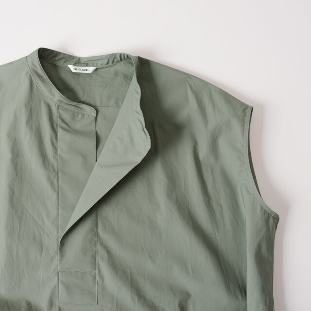衿もとはうしろに抜いて着用できるデザインに。