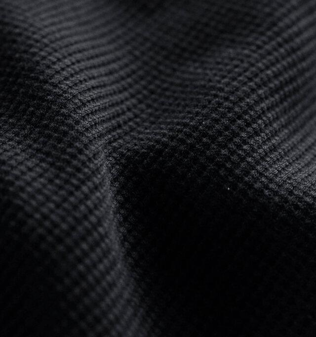 表面に凹凸があることで、表情豊かなワッフル素材は、シンプルなデザインでも素材感で存在感を魅せてくれます。サラリとした肌触りで軽量なので、ロング丈でも軽やかに着こなせます。