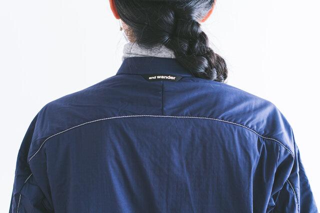 暗い場所でも安心の、腕部分や背中のリフレクターステッチ、ポケットやロゴのリフレクターが、アクセントにもなっています。