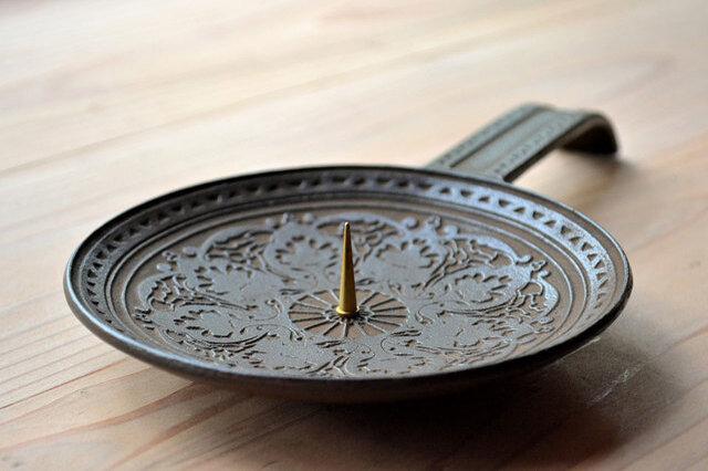 燭台部分が皿状なので、芯切りやろうそく消し、擦ったマッチや炎の調整に切った芯なども、そのまま乗せておけるので便利です。