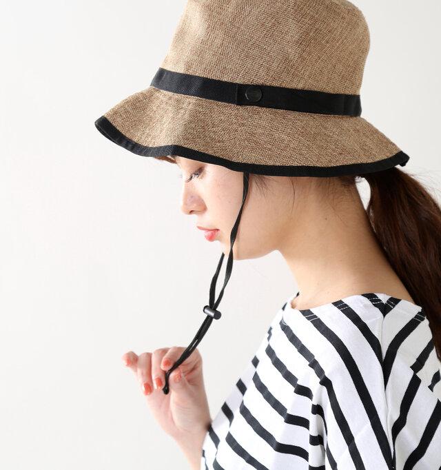 ドローコードをキュッと締める事で帽子が落下したり風で飛んでしまうことを防いでくれます。野外で着用する帽子はドローコード付きの物がやはり便利で安心です。