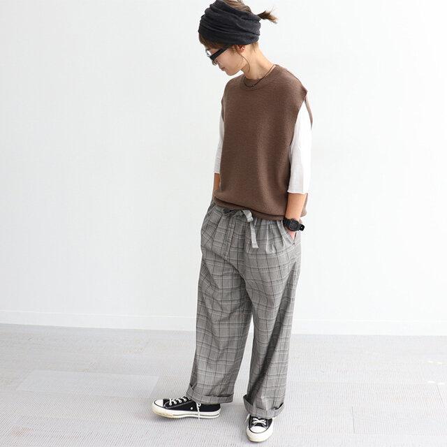 グレーにブラウンという今の時期に気になる絶妙な色合い!! 主張しすぎず、大人なチェック柄です。 ベースがグレーなので、色んな色のお洋服と合わせやすいですよね。