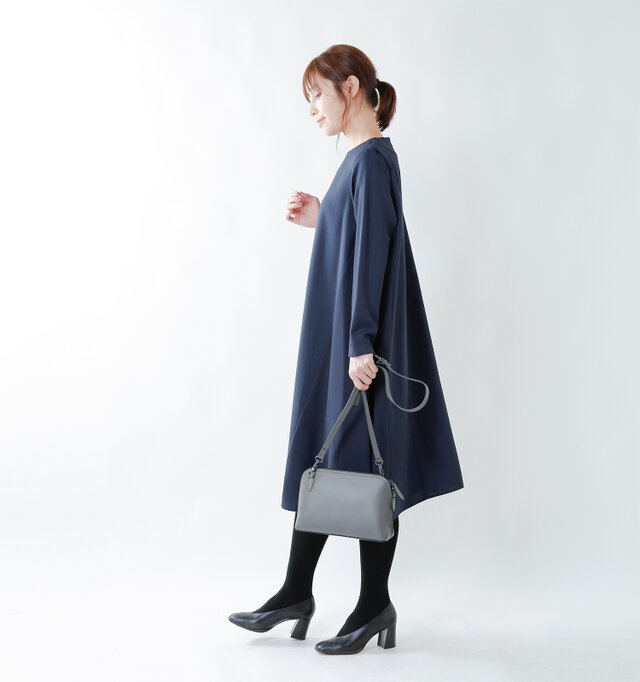 model yama:167cm / 49kg color : navy / size : S   しわになりにくいのでお手入れがしやすく、オケージョンアイテムからデイリーアイテムとしても着やすい1枚となっています。