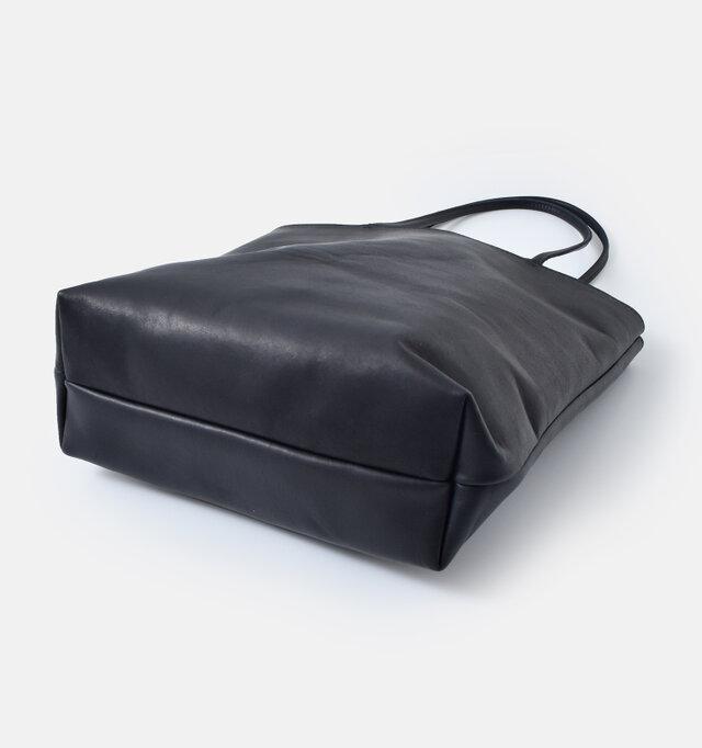 底マチがしっかりととられているので、厚みのある荷物もすっきりと納まります。