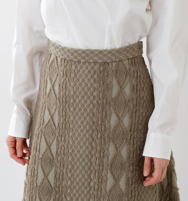 細身のウエストベルトはスカートと同生地で統一し、タックインも様になるデザインに。