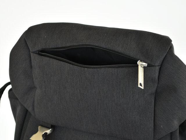 バッグの中で迷子になりがちな鍵、すぐに取り出したいスマホやリップなどは、フラップ部分のポケットに収納。