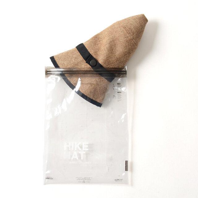 """くるくるっと畳んでベルトで留めればこんなにもコンパクトになり、持ち運びも楽々。 防水ケースとしても使用できる、""""LOKSAK""""のパッケージに入れてお届けします。"""