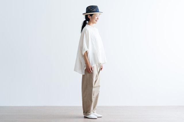 裾丈の前後差で、すっきりバランスよく着ていただけます。うしろの裾丈が長めなので、さりげなく体型をカバーしてくれますよ。