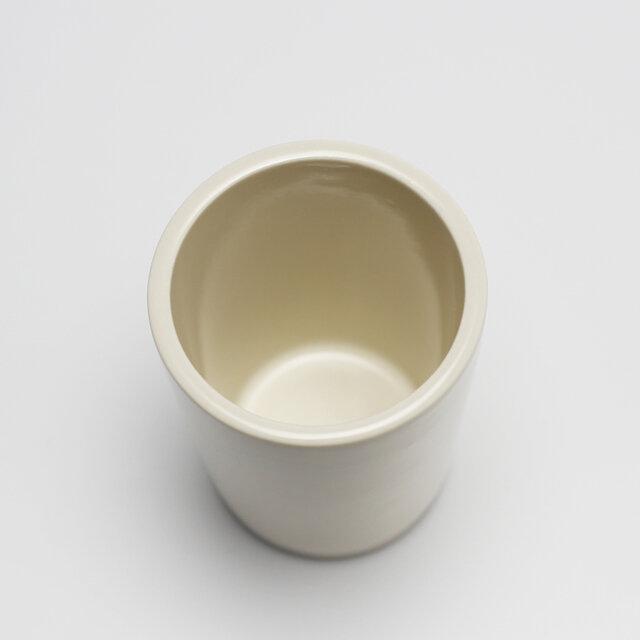 持ち手のないマグは、コーヒーカップよりも少し高さがあり、容量は約250ml。コーヒーに限らず、ジュースやお茶など幅広い用途で使えます。