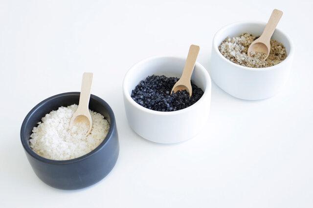 小さな木製のスプーン付きです。 調味料をいれたり、小物をしまったりなど色々な事に使えそう。カラーはホワイトとブラックの2色なので、お砂糖とお塩など、見分けにくい調味料を色で分けるといいですね。