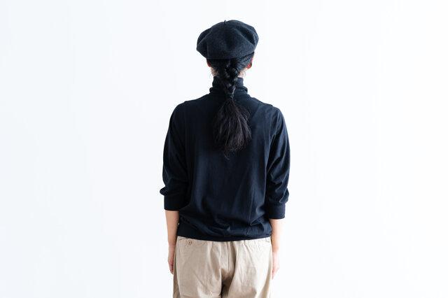袖と裾がリブ編みで程よく細くなっているので、自然とバランスよく着こなせます。