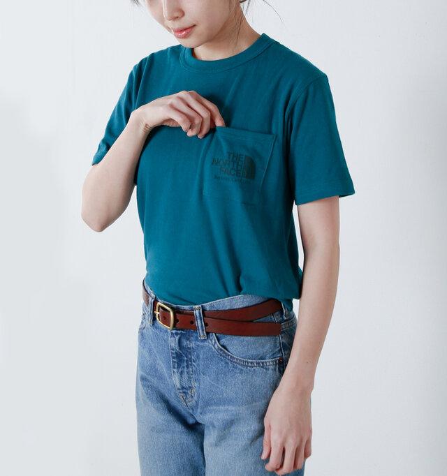 ゆったりとした着用感でありながら、すっきりとしたキレイなシルエット。ネックラインに沿うクルーネックは、伸縮性があり着脱もスムーズです。アクセントとなる左胸ポケットには、リフレクタープリントでブランドロゴがデザインされ、シンプルなデザインの中で程よい存在感を放ちます。