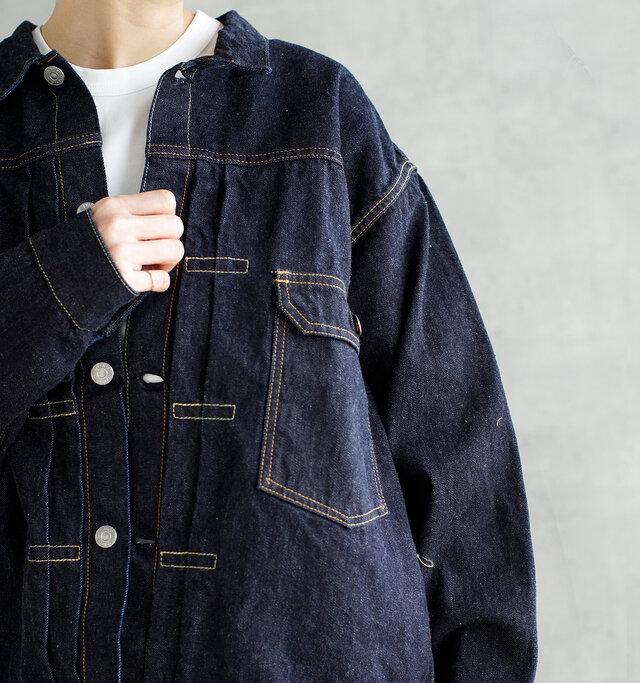 やや小ぶりな襟に、大きく肩が落ちるデザイン。肩周りに生地をたっぷり取ることで、少し襟を抜いた着こなしもバランス良くまとまります。1stタイプをモチーフにしているので、胸もとのポケットやフロントのプリーツが印象的。ボタンは「LENO」オリジナルの刻印ボタンを使用。