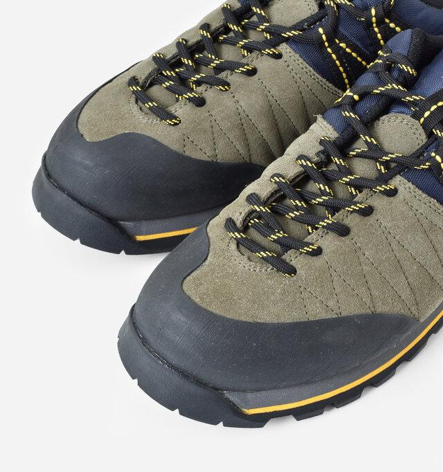 トゥの先端部分を覆うようなラバートゥキャップが採用され、耐久性が強化されるとともに、雨や泥ハネなど、汚れにも強いのがポイント。丈夫な丸紐タイプのシューレースを使用。
