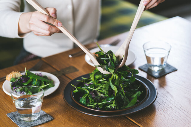 季節のフレッシュなサラダにイヤマのサーバーを添えて。普段の食卓がちょっぴり贅沢になりますよ。 サラダサーバーは、サラダはもちろんのこと、ショートパスタやドリア、煮込み料理のとりわけにも使いやすいサイズ感がうれしいですね◎。