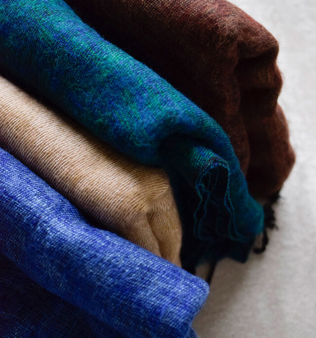 様々な糸が織り込まれた深みのあるミックスカラーで華やかな装いに。