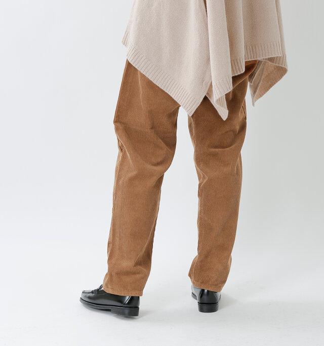 クセのないデザインで、スニーカーはもちろん、光沢感のあるドレスシューズを合わせても素材のコントラストが際立ち、こなれ感が生まれます。