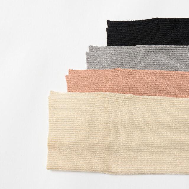 「ivory」「pink」「grey」「black」をご用意。 フェミニンにもトラッドにも華を添えるカラーリングが魅力的です。