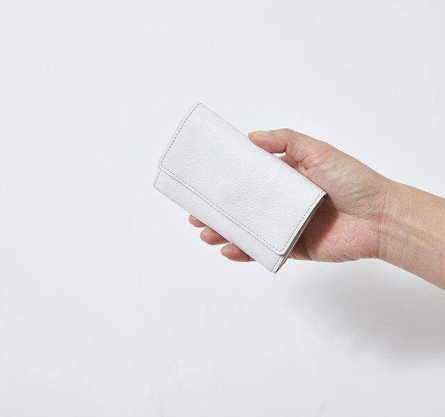 日本で作られた高品質の革を使って、熟練の職人が裁断・縫製して仕上げたカードケースは、触って使っていくごとに、美しい経年変化を実感できます。
