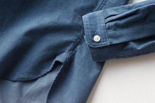裾の部分にはガゼットをあしらい、ボタンひとつのシングルカフスを配置しています。