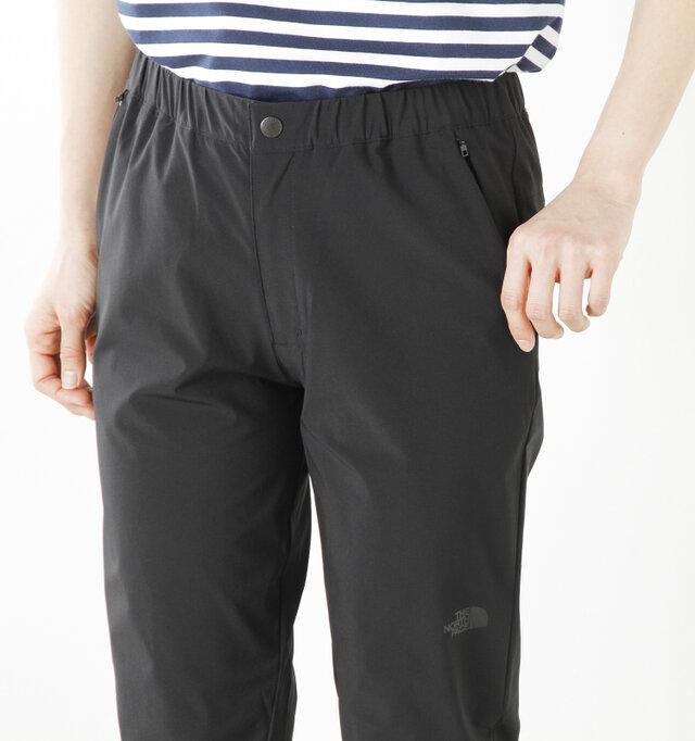 ウエストは総ゴム仕様で楽な穿き心地。サイドのファスナーポケットは、バックパックのウエストベルトを装着した状態でも開閉がしやすい下開きになっています。左太腿にロゴがさり気なくプリントされています。