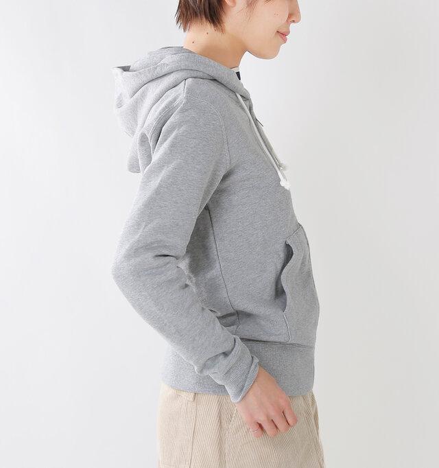 身幅やアームホールにゆとりをもたせたサイジングで、ごわつかずにサラッと着ていただけます。フロントには大きめの便利なポケットが配されています。