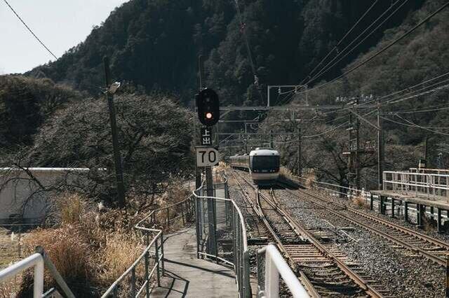 上松町にある工房の風景。うわっ、電車きた!って興奮して写真撮っちゃいますもん。