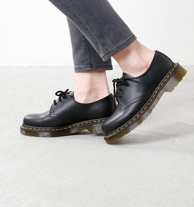 マーチンのアイコンでもあるイエローステッチはブラックレザーと相性抜群。伝統的で気品のある足元を演出します。