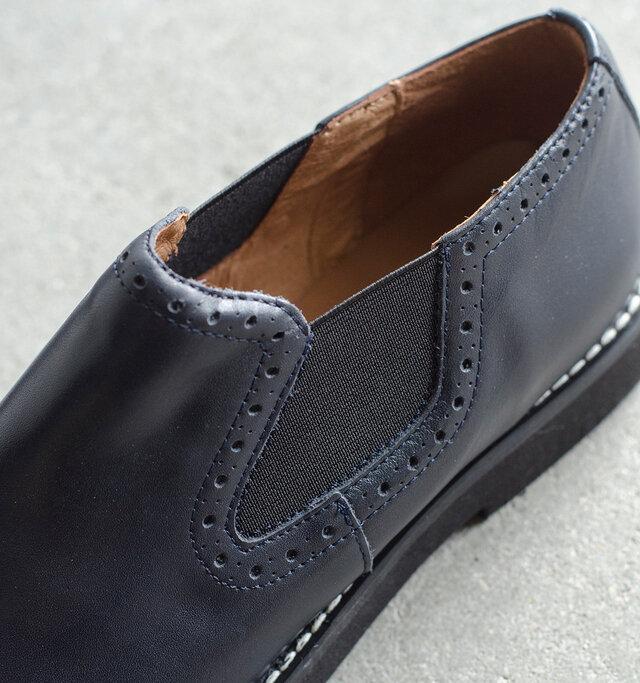 履き口はゴムをあしらったサイドゴアタイプ。脱ぎ着が簡単で、ぴったりとフィットしてくれます。