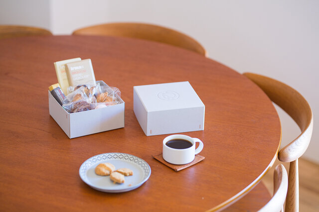 活用例1: お気に入りのお菓子を入れて、そのままテーブルへ。     寛ぎのひとときにイヤマちゃんがさりげない彩りを添えてくれます。