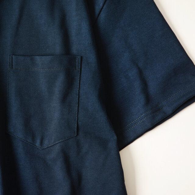 ハーフ丈の袖が二の腕を覆い、体型をさりげなくカバー。胸元にはポケットがデザインされています。