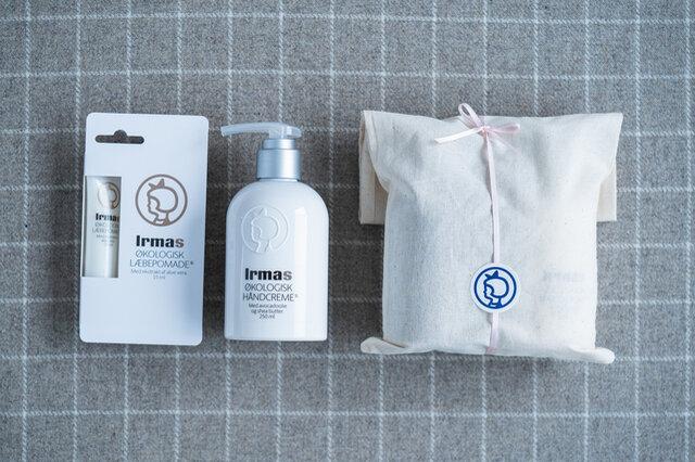 セット内容 ・ハンドクリーム(250ml) ・リップポマード ・コットン袋にロゴ入りシールとリボンでラッピング