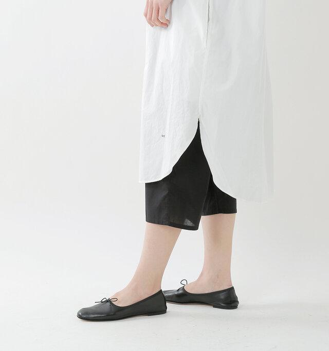 薄い生地の軽やかなペチパンツなら重ね着で重たい印象になならず、リラックスした着心地も嬉しいポイント。