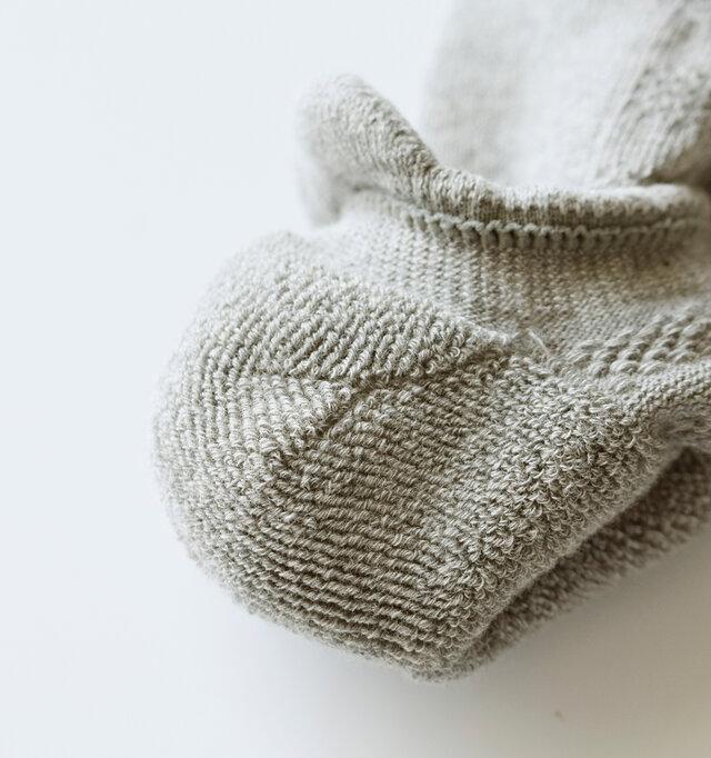 踵を裏返すと中はパイル編みになっています。汗を吸いクッション性も高く快適です。