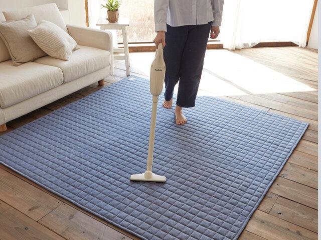 ラグ表面はカーペットパイル(毛)ではなく、毛足のないファブリック生地なので、細かなゴミやちりも手軽にお掃除で除去できます。