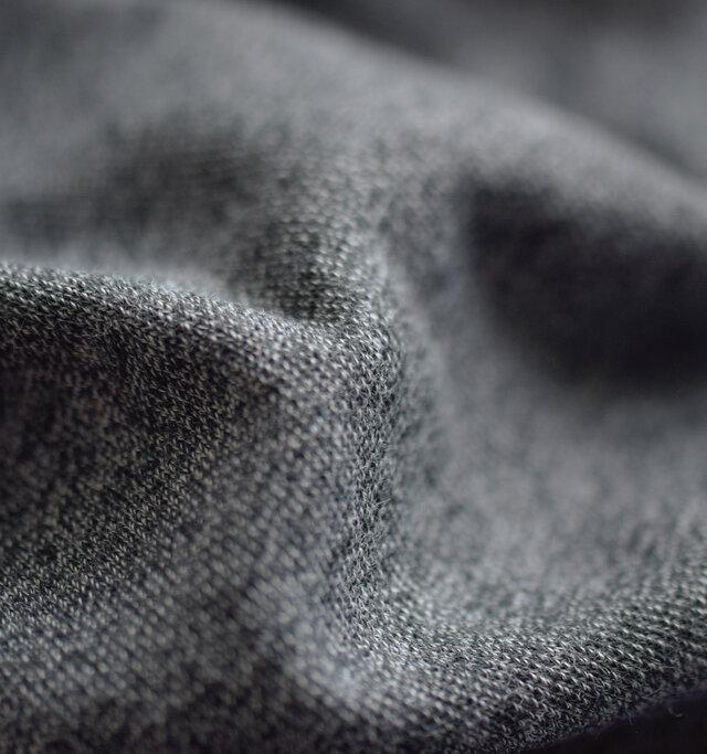 表面にコットン、裏側にCOOLMAX(R)のプレーティング編みにしたジャージ生地を使ったポケットT。COOLMAX(R)は、体から汗を吸い上げ素早く蒸散し、涼しくドライな着心地を実現します。また、ふわりと肌に触れる柔らかな質感は、1年を通して長く愛用頂けます。コットン特有の肌触りの良さと上質な風合いをお楽しみ下さい。