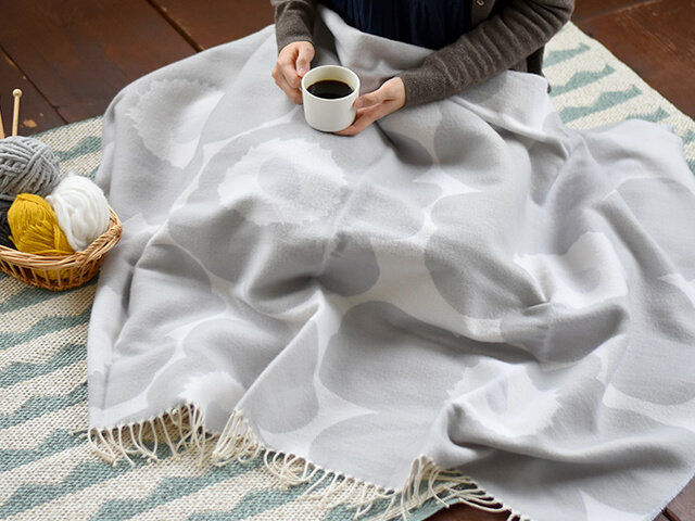 べッドやソファの上に無造作に置いてあるだけでもさまになり、いつでも出しっぱなしにしておきたい、秋冬の定番アイテムとなってくれますよ。