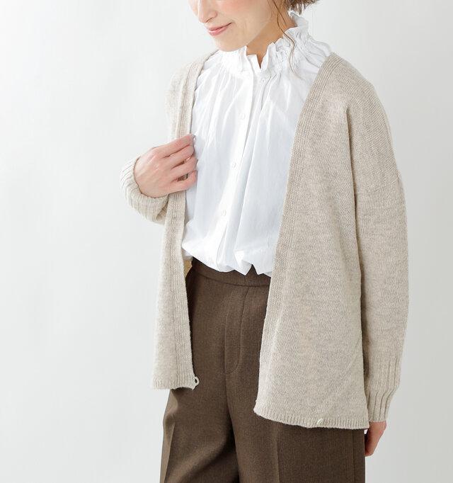 ボタンを留めずにラフに着こなすのも◎。コーディネートによって着方を変えられるので、着こなしの幅も広がります。